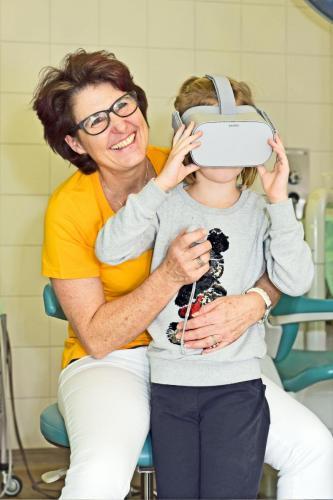 Carolin Kloc mit VR Brille für Kinder